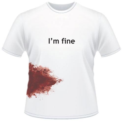 t-shirt macchiata di sangue