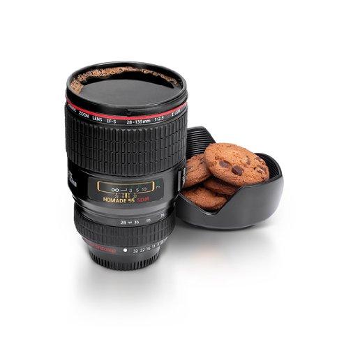 tazza di caffè con obiettivo della fotocamera